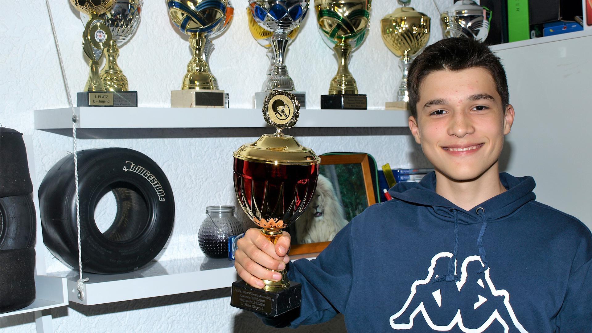 Noel Honguero vor seinen Pokalen