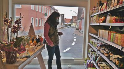 Eine Frau kauft in einem Geschäft ein, dem Bürgerhaus Löwen in Rheinsheim.
