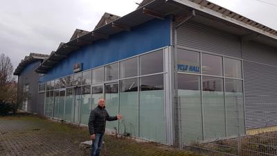 Peter Kremer vor dem Gebäude im Gewerbegebiet Bruchstücker
