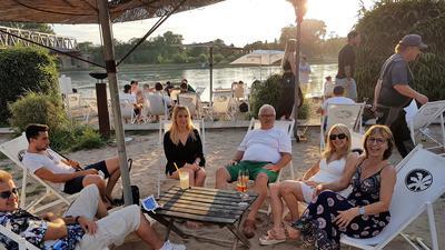 Kirrlacher Gourmet-Koch (Mitte) beim Entspannen am Tropic Beach Island.