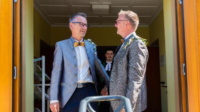 """Ja-Wort vor Gott: Rainer Gissing (links) und Michael Roßmann haben sich in der evangelischen Kirche in Philippsburg trauen lassen. """"Das hatte etwas Erhabenes"""", berichteten sie."""