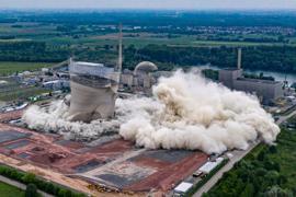 Kühltürme des stillgelegten Atomkraftwerks fallen nach der Sprengung zusammen.