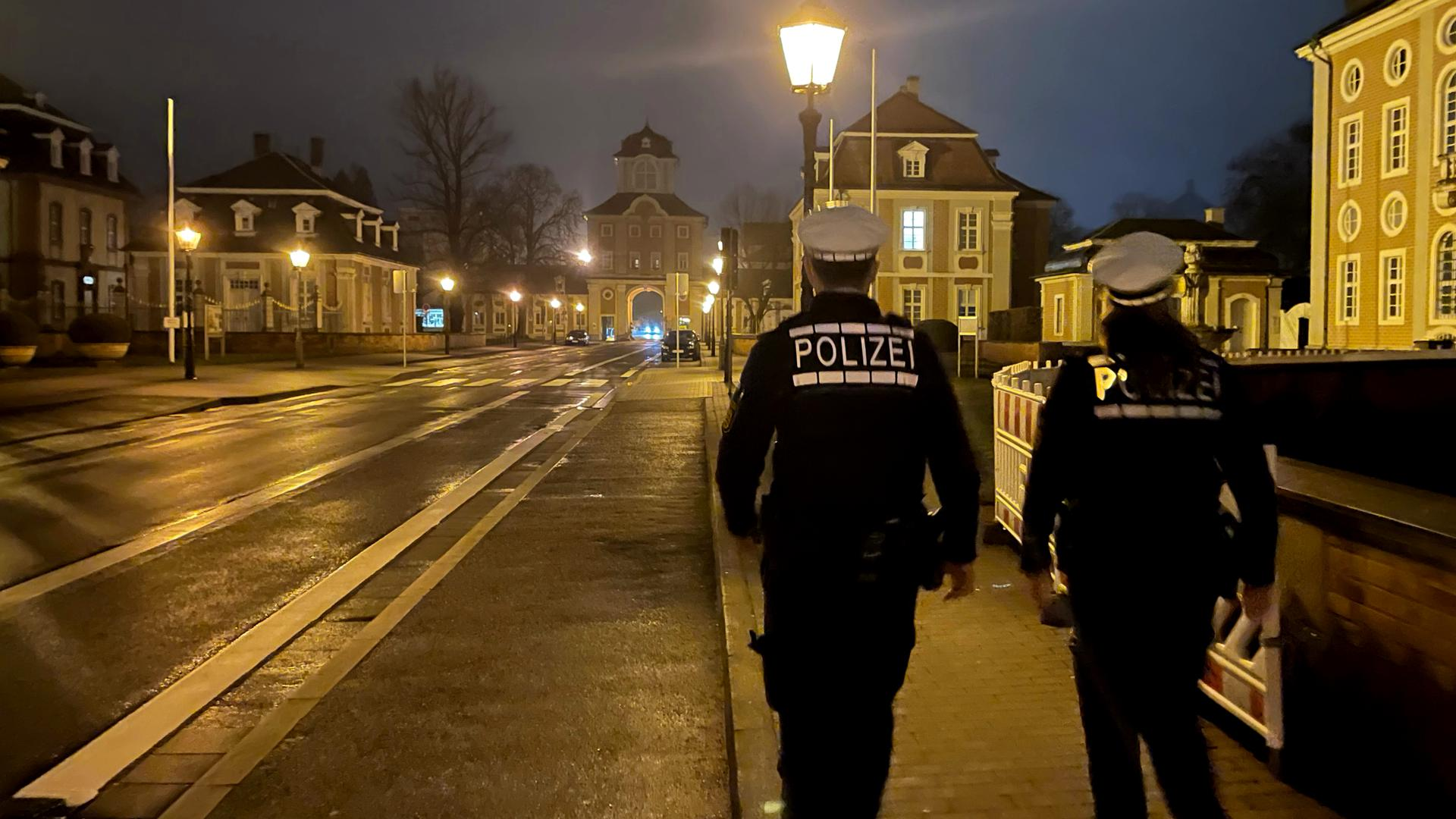 Zwei Polizeibeamte abends zu Fuß unterwegs in Bruchsal