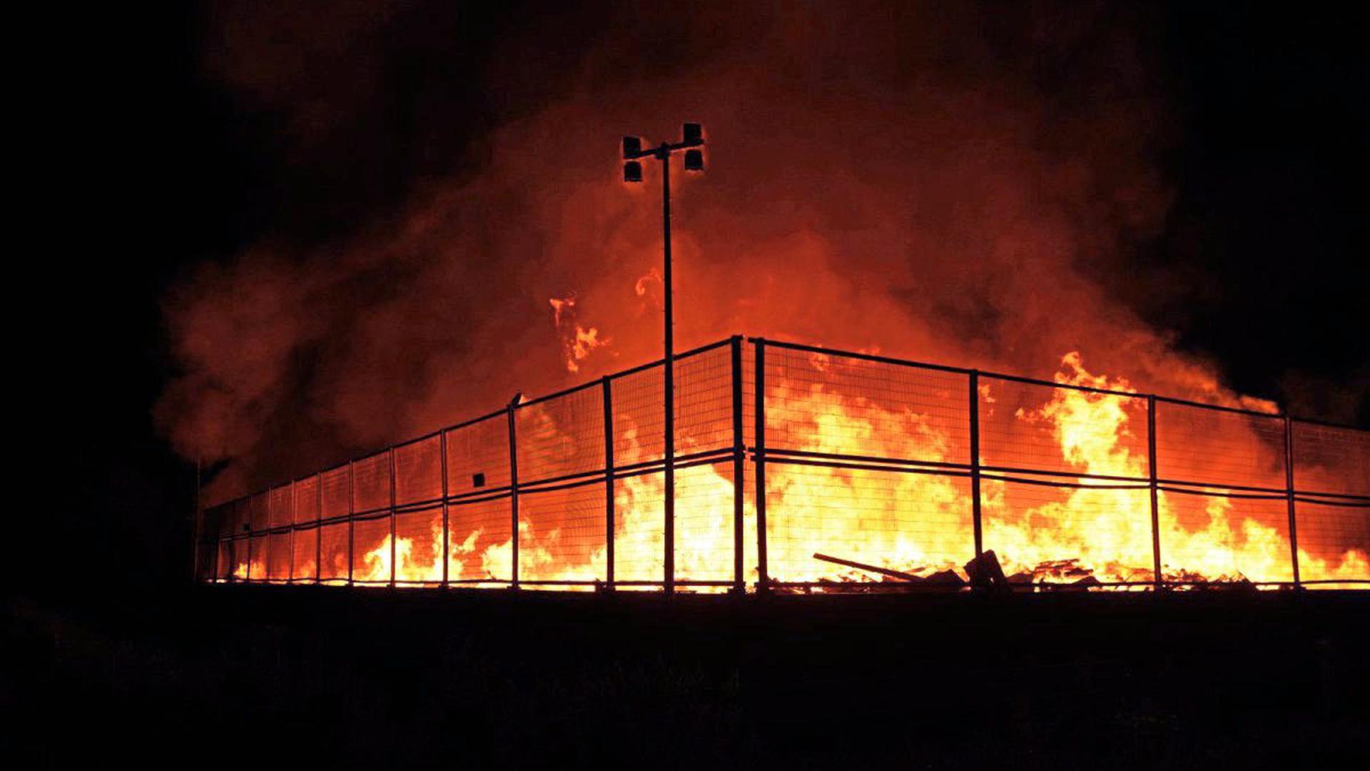 Großbrand auf Wertstoffhof: Seit ein Uhr am Dienstagmorgen kämpfen Einsatzkräfte in Wiesloch gegen ein Feuer.
