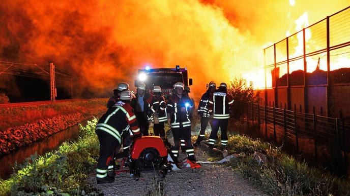 Großbrand auf einem Wertstoffhof in Wiesloch.
