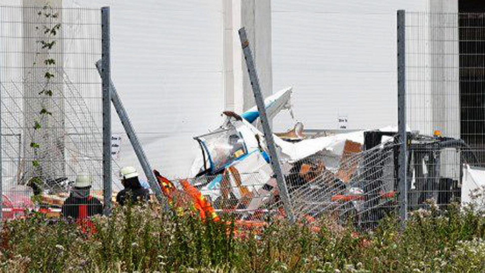 Das Flugzeugwrack liegt direkt am Bruchsaler Bauhaus-Lager im hinteren Bereich des Gebäudes neben dem Flugplatz.