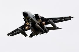 """Ein Tornado des Taktischen Luftgeschwaders 51 """"Immelmann"""" setzt auf dem Fliegerhorst Jagel zur Landung an. Vier in Jordanien stationierte Jets sind zu ihren Flughäfen in Büchel und Jagel zurückgekehrt. Der Einsatz über dem Irak wurde auf eine Forderung der SPD hin beendet, die auf einen früheren Bundestagsbeschluss gepocht hatte. +++ dpa-Bildfunk +++"""