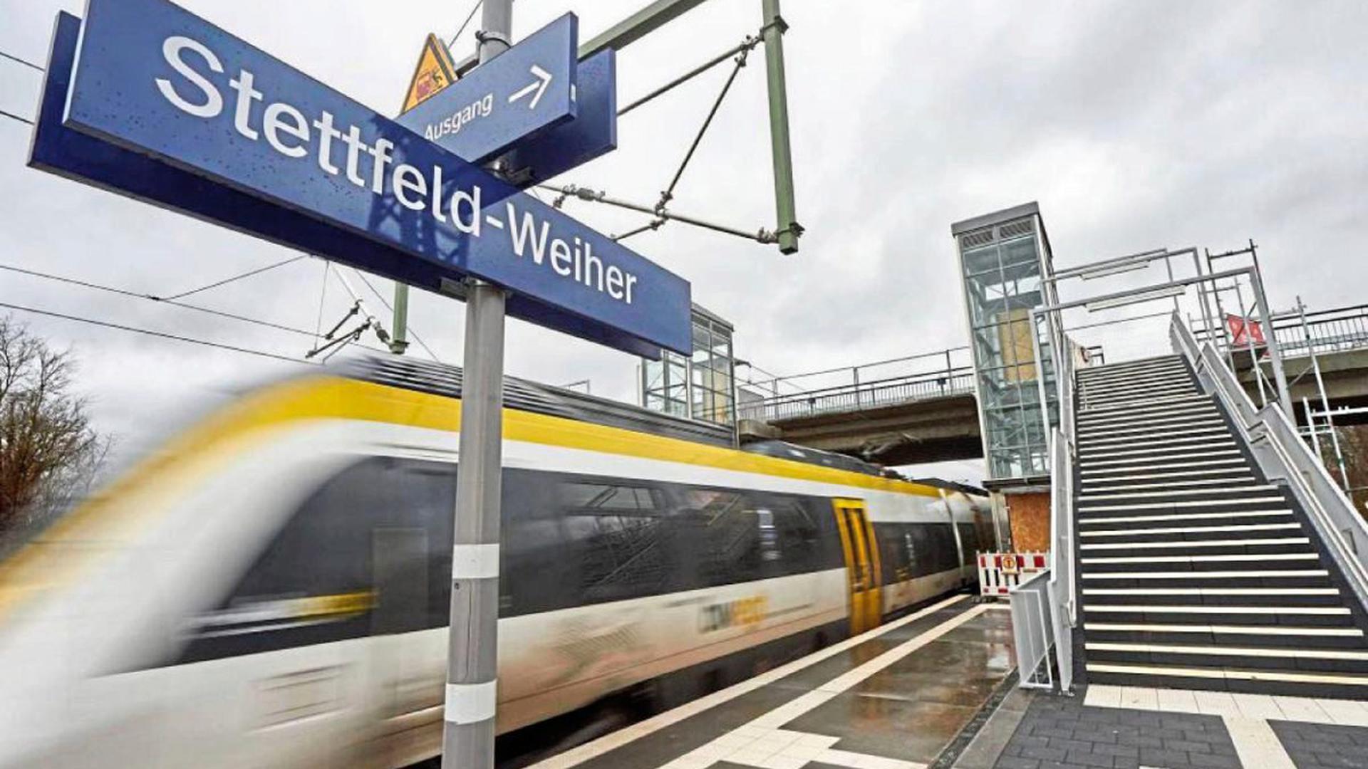 """Viel gebaut auf der """"grünen Wiese"""" wurde für den neuen Haltepunkt Stettfeld-Weiher an der Bahnlinie Bruchsal-Heidelberg. Zwischen den beiden Bahnsteigen sind 70 Stufen zu überwinden. Die Fahrstühle sind noch nicht in Betrieb, wenn die Züge ab Sonntag halten. Ubstadt-Weiher legte eine Zufahrtsstraße und Parkplätze an."""