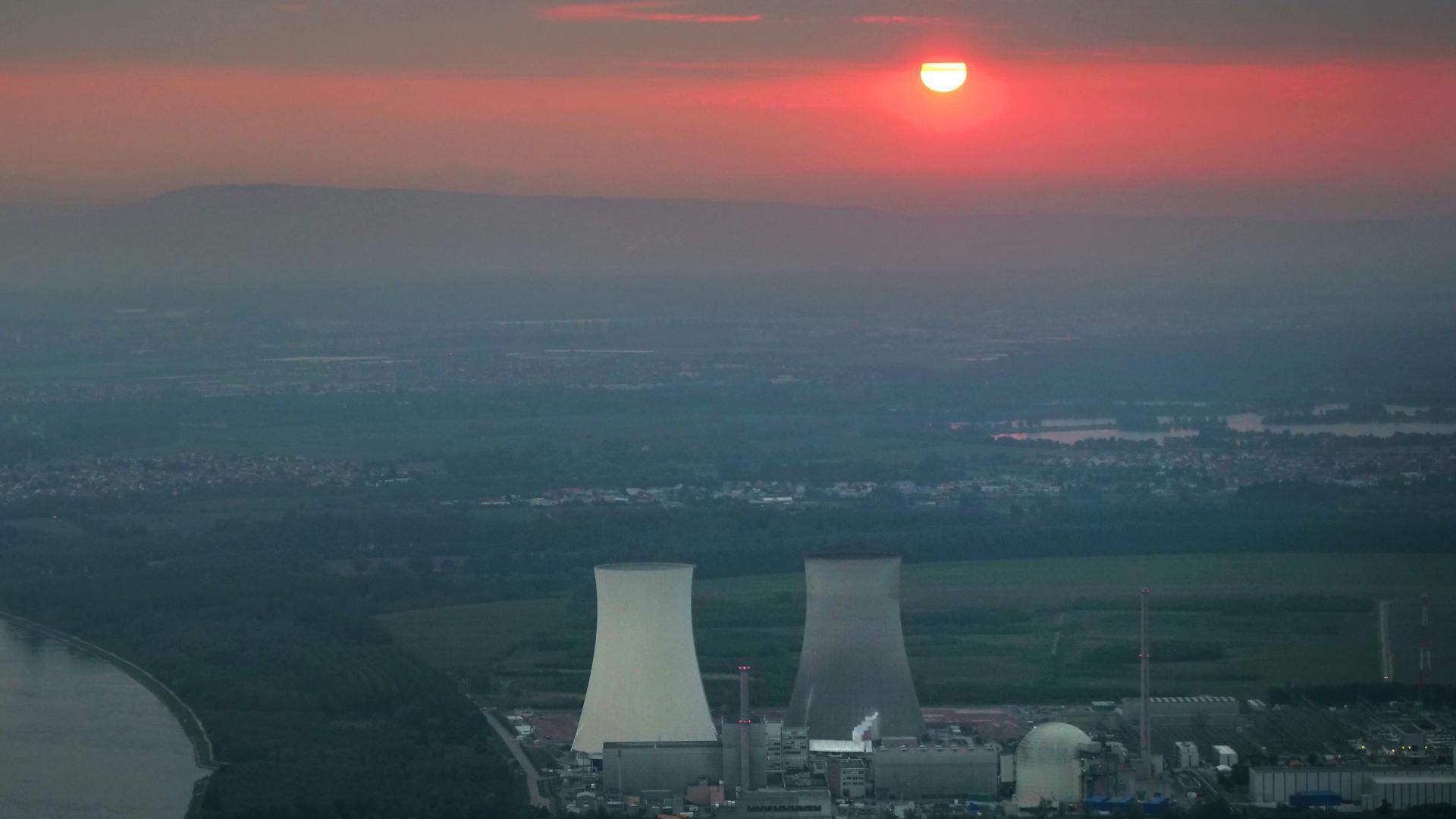 Der letzte Sonnenaufgang über den Kühltuermen des Kernkraftwerks Philippsburg vor der Sprengung.