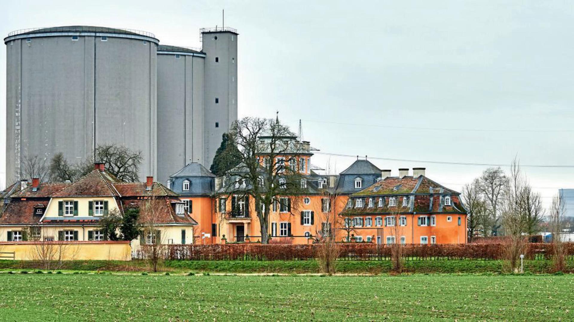In Waghäusel umschloss die Zuckerfabrik seit 1837 das Schlösschen Eremitage. Die Betonsilos als Zuckerlager stammen von 1970 und stehen seit 2004 ungenutzt. Ihr Abriss soll zwei Millionen Euro kosten. Rechts im Hintergrund die Philippsburger Kühltürme, die in diesem Jahr gesprengt wurden.
