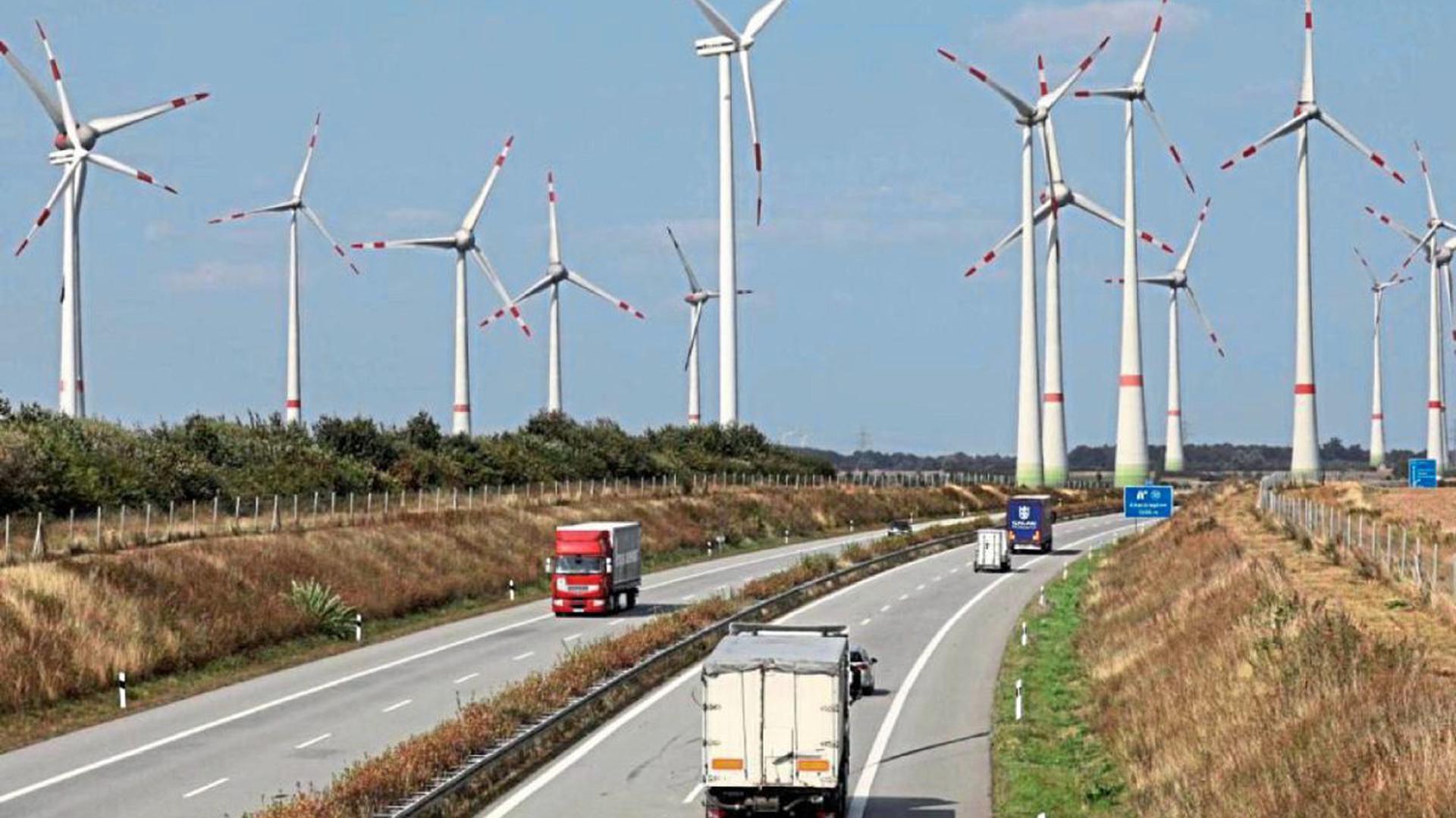 Windkraft an der Autobahn: hier eine Aufnahme aus Mecklenburg Vorpommern. Die zehn geplanten Anlagen an der A5 stehen noch nicht. Die beiden Bundestagsabgeordneten Olav Gutting und Danyal Bayaz setzen im Verfahren auf Transparenz.