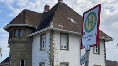 """Ein Bushaltestellen-Schild mit der Aufschrift """"Ubstadt-Weiher Bf"""" vor dem Bahnhofsvorsteher-Haus."""