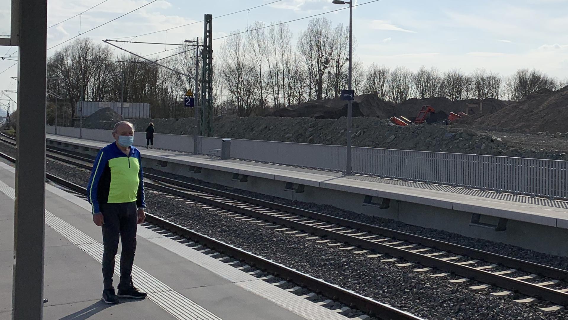 Mann in Fahrradkleidung am Bahnsteig