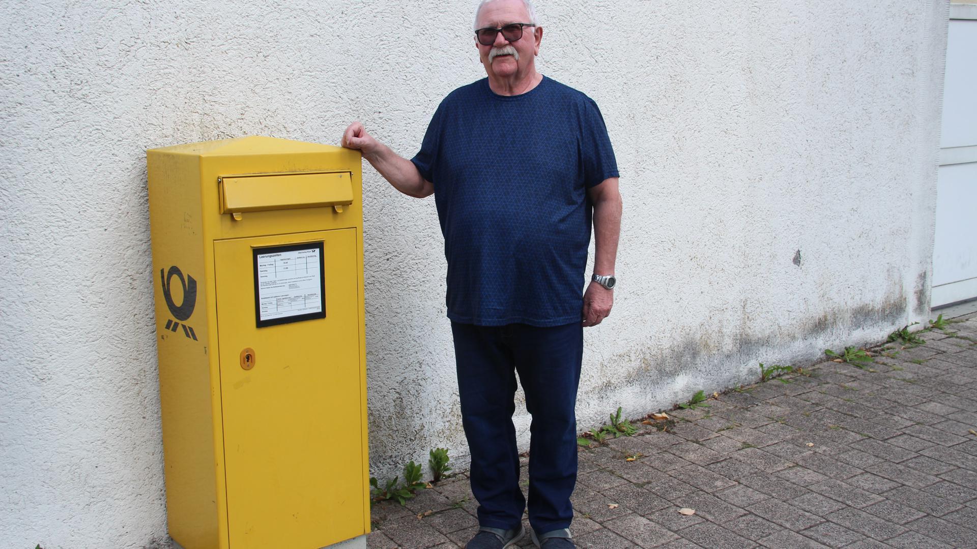 Franz Orth am Briefkasten