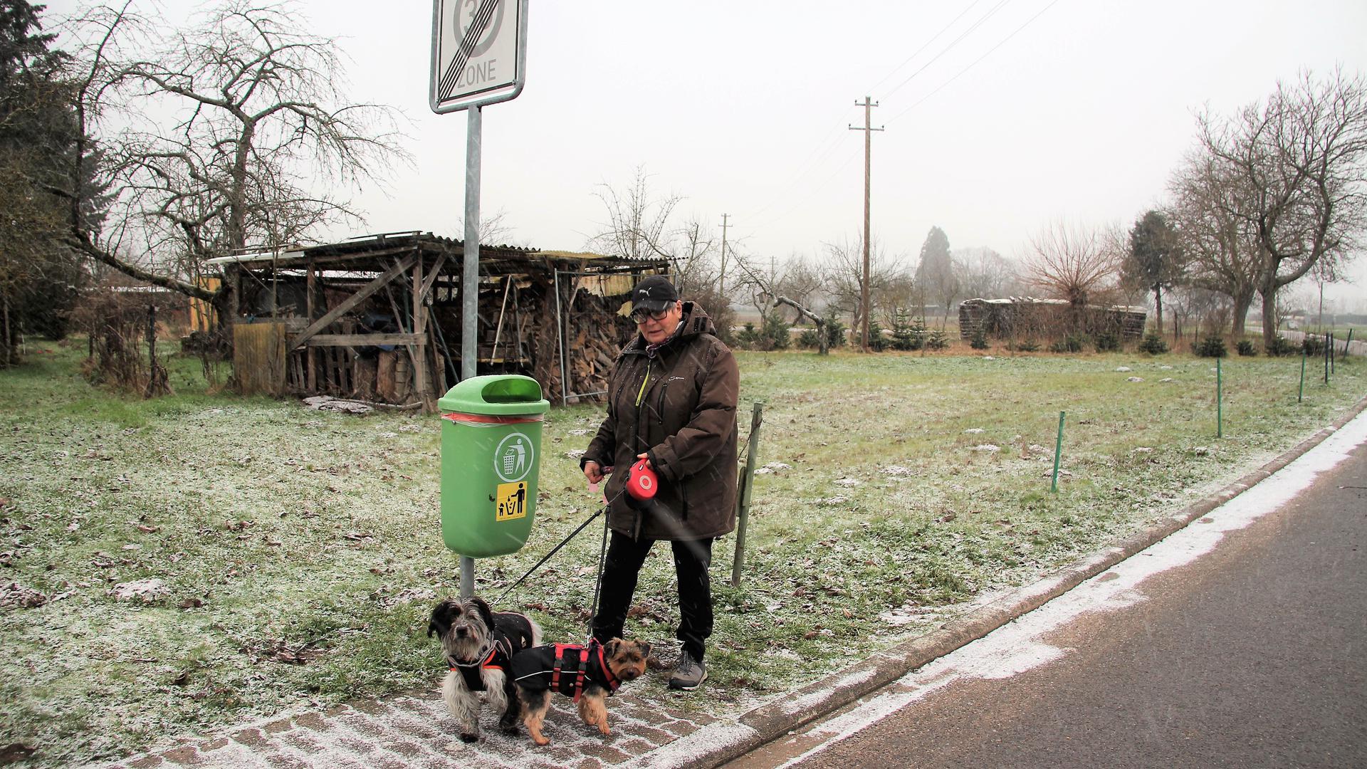 Heidemarie Schneider-Schewe mit Wuschel und Susi vor einem Mülleimer ohne Hundekotbeutelspender