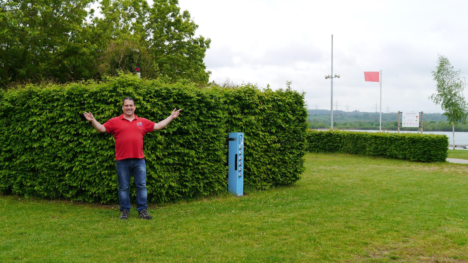 Christopher Bader zeigt seine Anlage. Schön grün, aber noch leer.