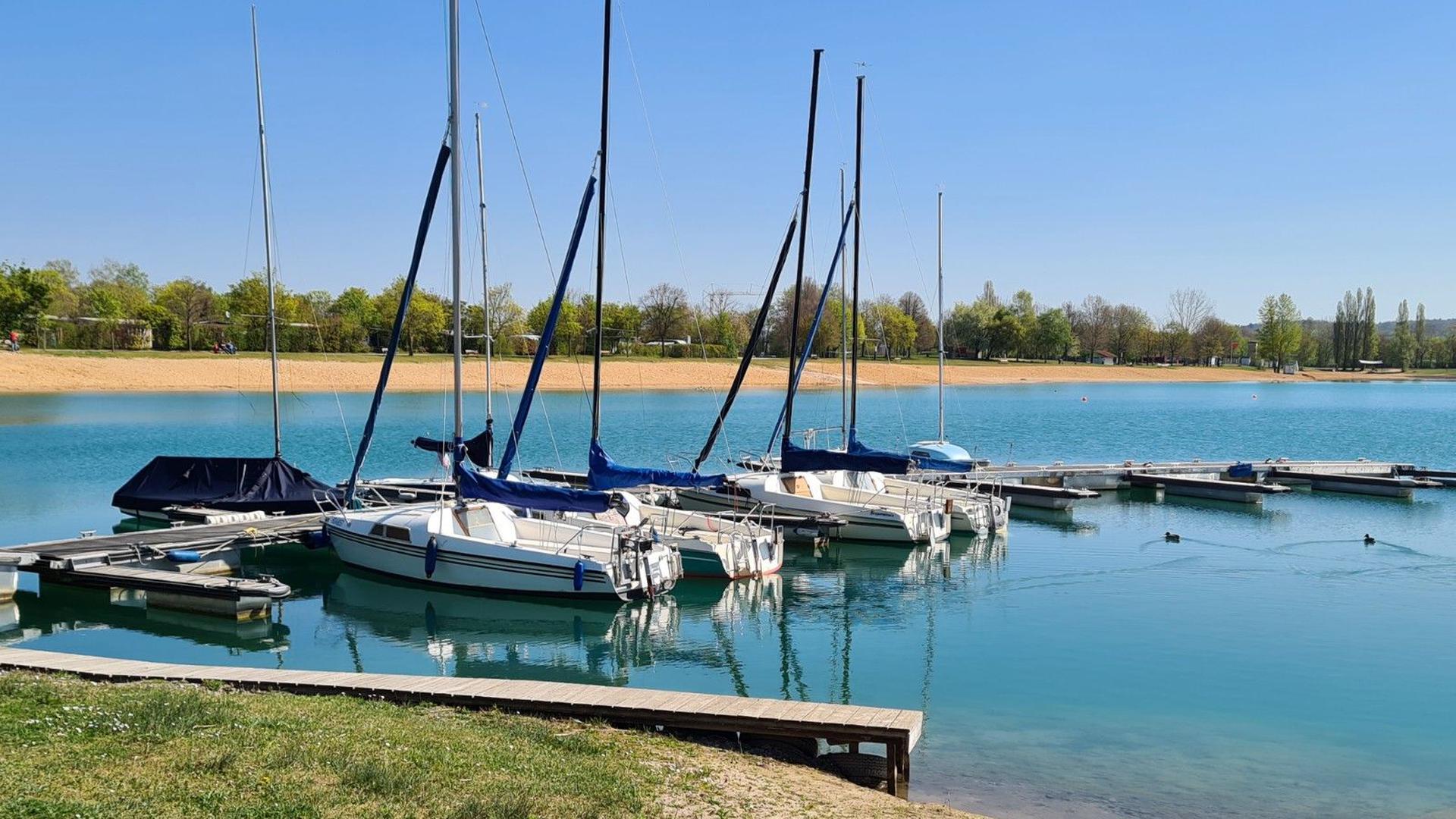 Segelboote sind an einem Steg im Hardtsee festgemacht.