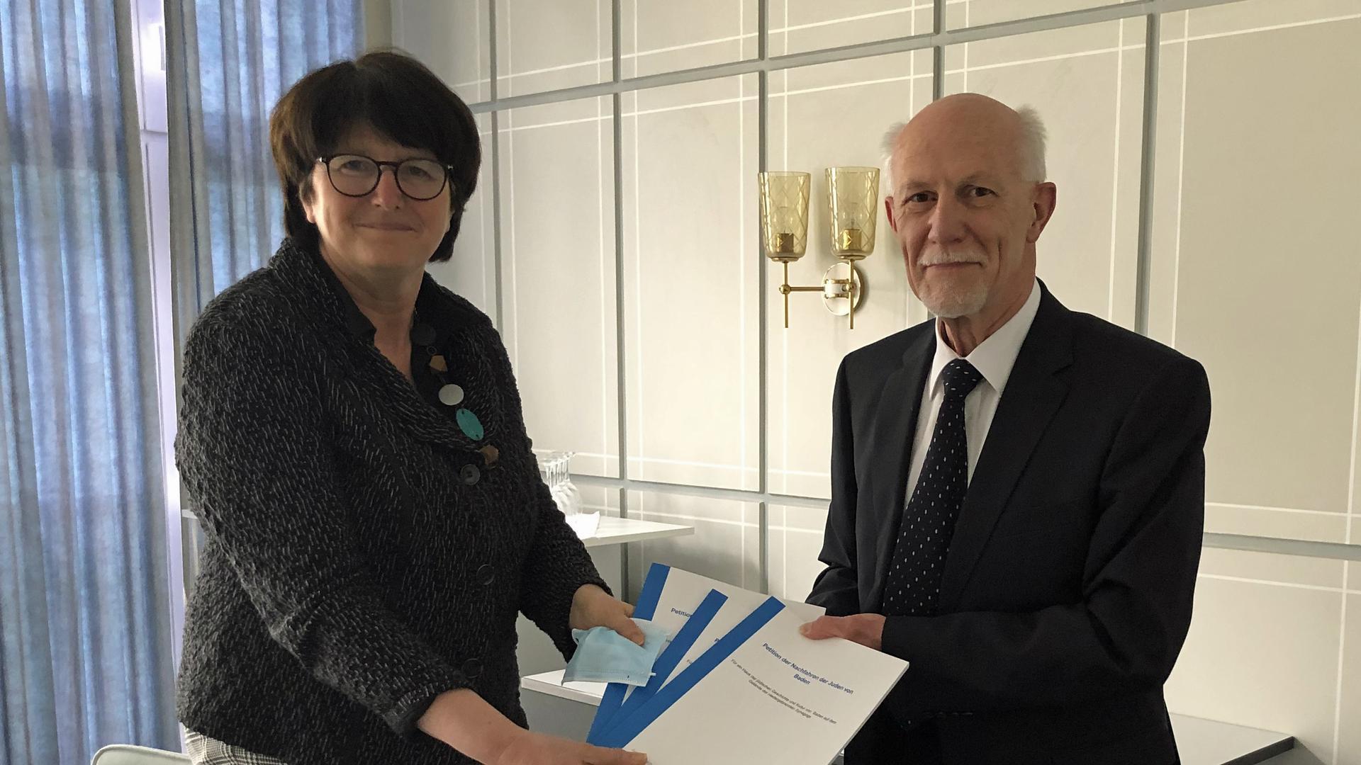 Feierlicher Moment: Günter Majewski hat stellvertretend für über 100 jüdische Angehörige mit Bruchsaler Wurzeln eine Petition zur Nachnutzung des Synagogengeländes an Bruchsals Oberbürgermeisterin Cornelia Petzold-Schick überreicht.