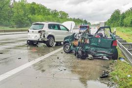 Zwei zerstörte Autos stehen nach einem Unfall auf der A5 bei Bruchsal