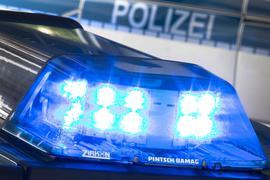 Ein Blaulicht leuchtet an einem Streifenwagen. (Symbolbild)