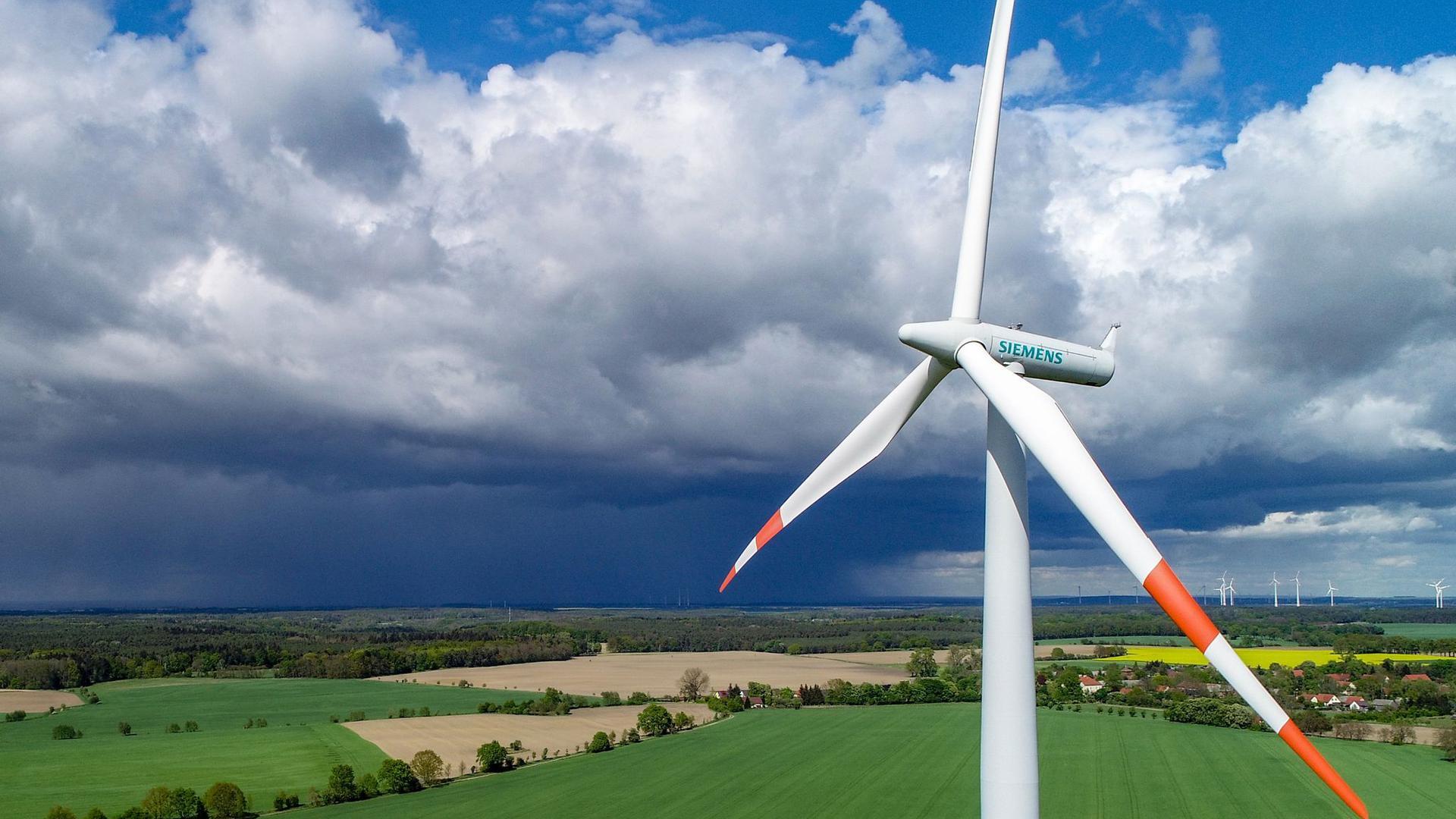 Windrad von oben in einer Landschaft