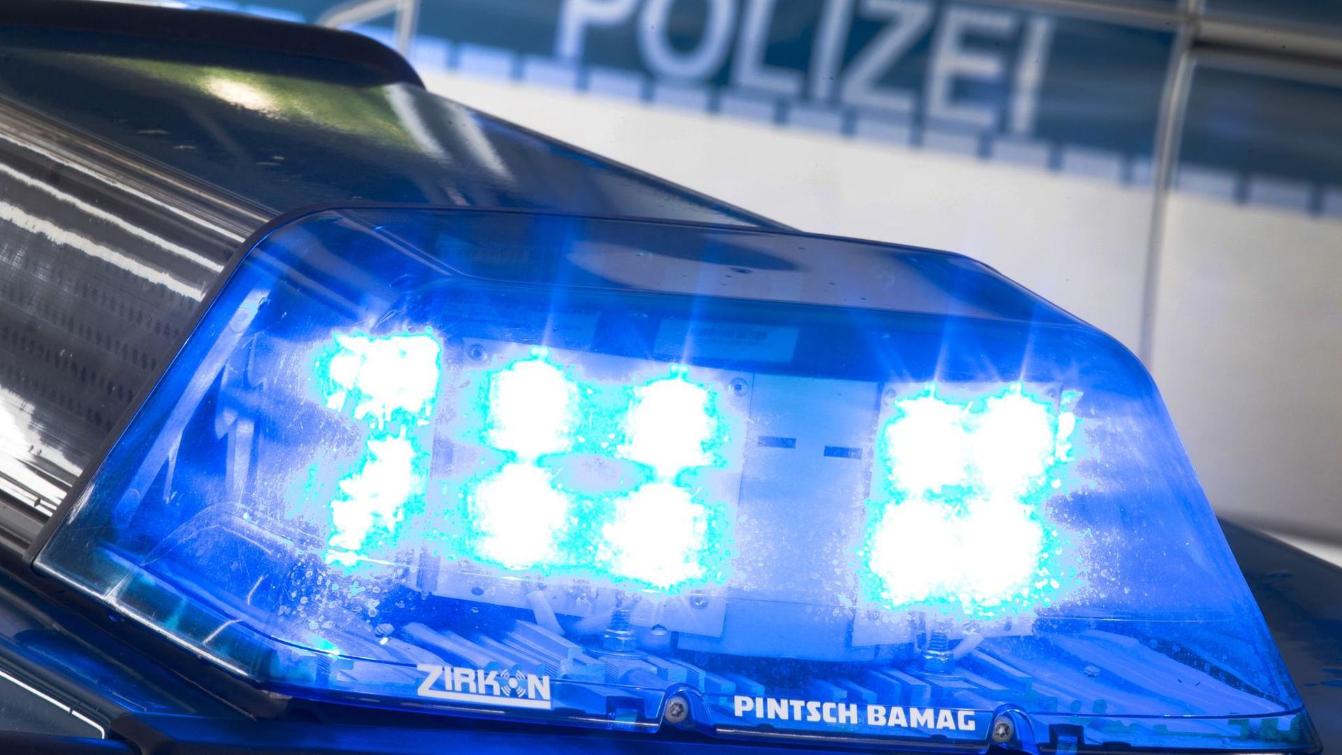 Ein Blaulicht auf dem Dach eines Polizeifahrzeugs.
