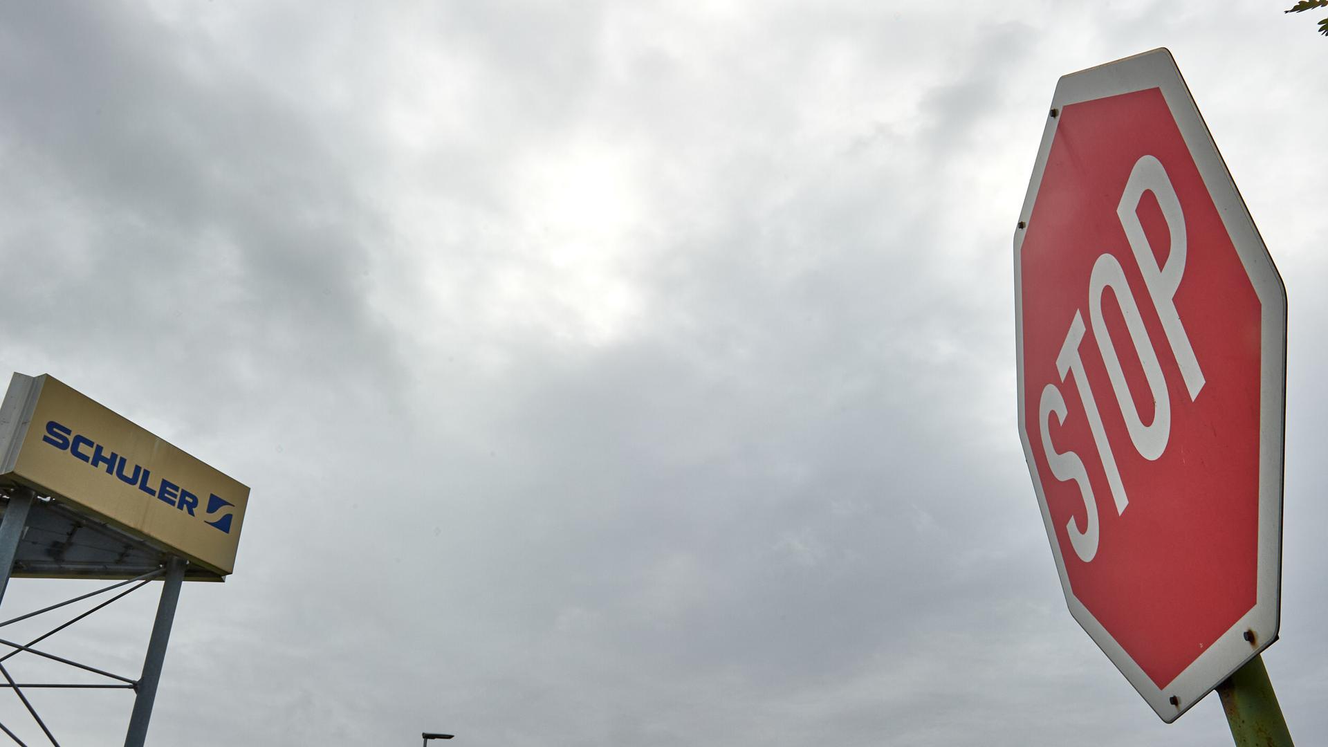 Firmenschild von Schuler Waghäusel mit Stopp-Schild