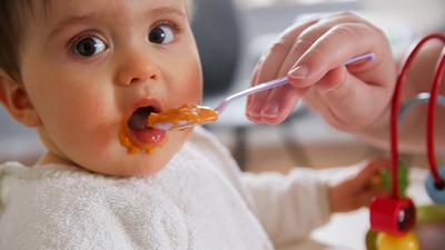 Zum Themendienst-Bericht vom 16. Dezember 2020: Etwa im Alter von fünf Monaten können Eltern ihr Baby das erste Mal mit Brei füttern.