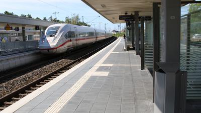 Tatort Bahnhof Waghäusel: Hier wurde am Dienstagabend ein Mann vom Zug erfasst und schwer verletzt. Seither läuft die Fahndung nach dem Täter.