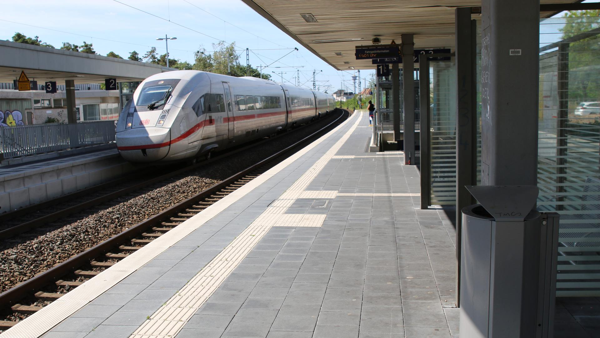 Tatort Bahnhof Waghäusel: Hier wurde Ende Juli ein Mann vom Zug erfasst und schwer verletzt. Seither läuft die Fahndung nach dem Täter.