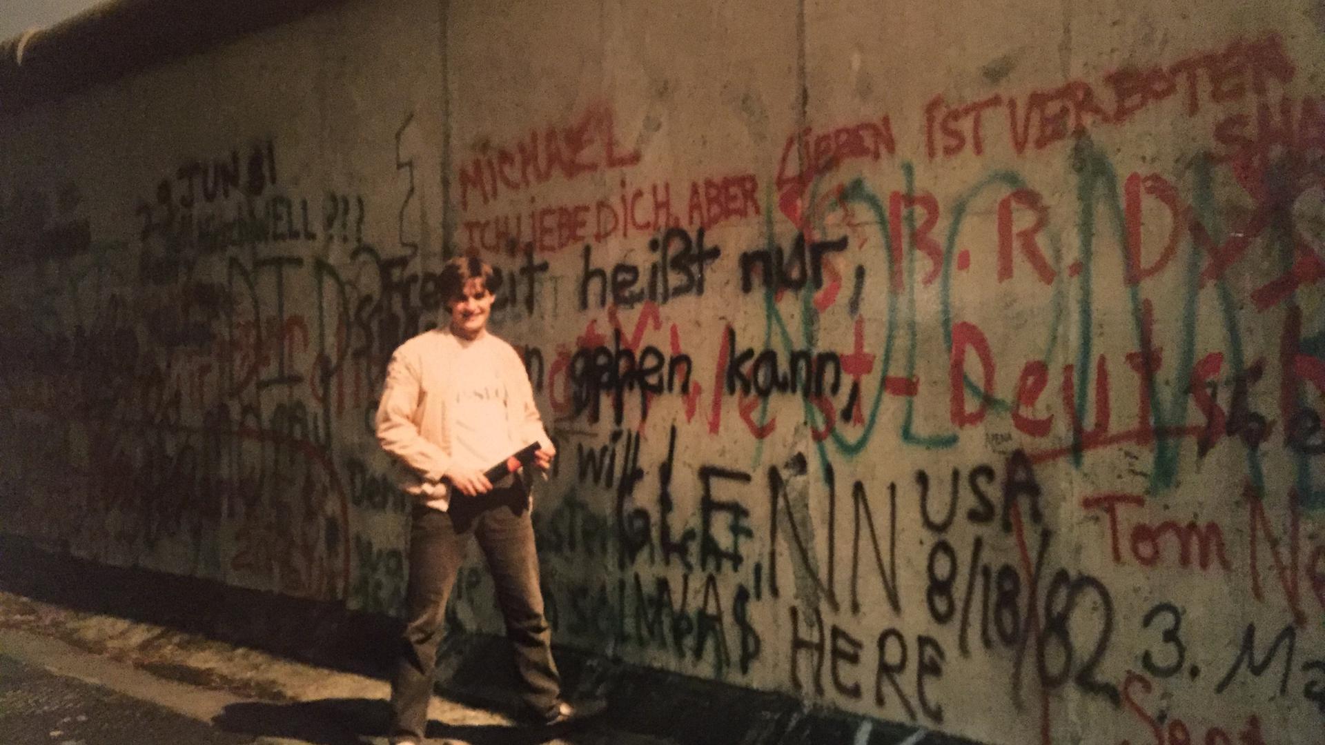 Bereits ein Jahr nach seiner Aus-weisung aus der DDR besuchte der Philippsburger Thomas Gerner 1985 die Mauer in Westberlin.