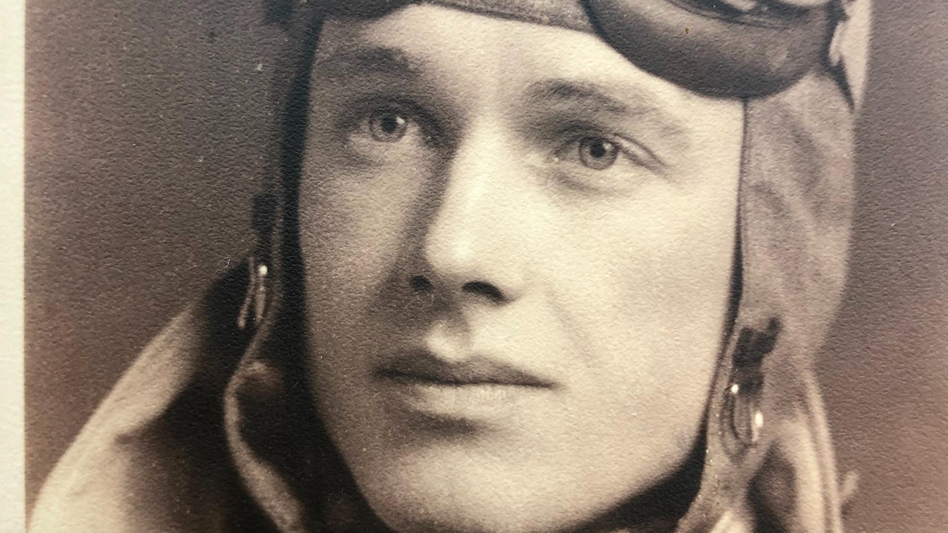 Altes Foto eines Fliegers mit Fliegerbrille und Fliegerjacke