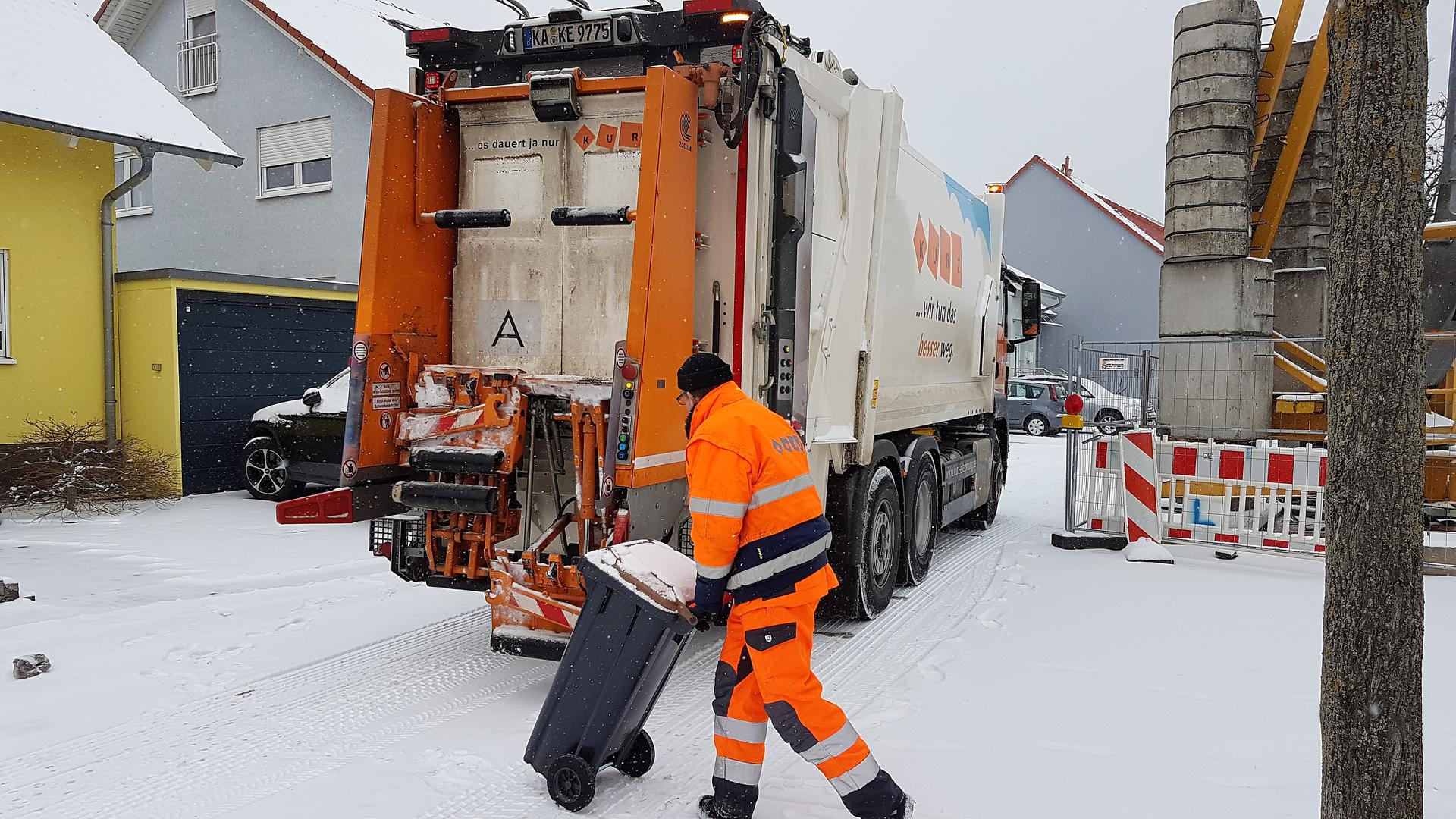 Müllauto im Schnee