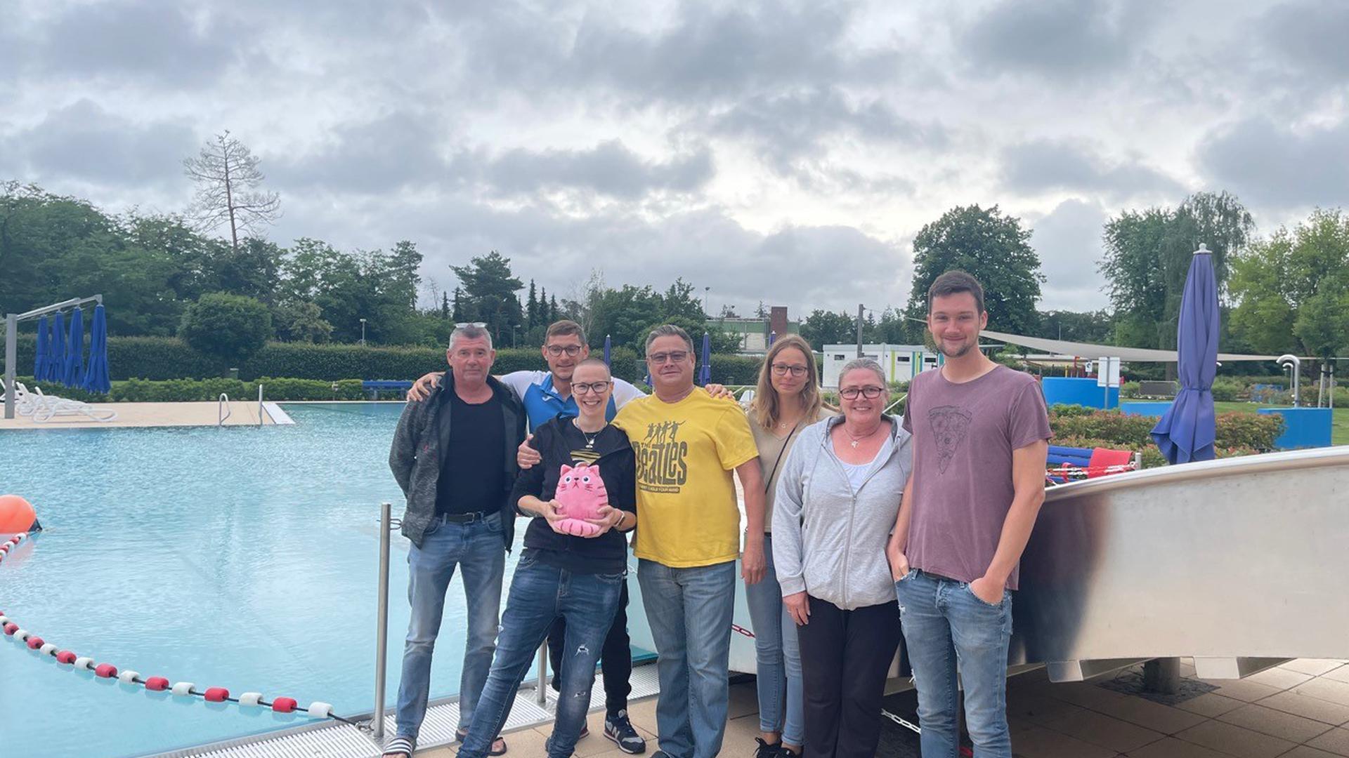 Das Team des in Waghäusel eingerichteten Testzentrums traf sich im Rheintal-Schwimmbad zum ersten Corona-Stammtisch, Beckenrand