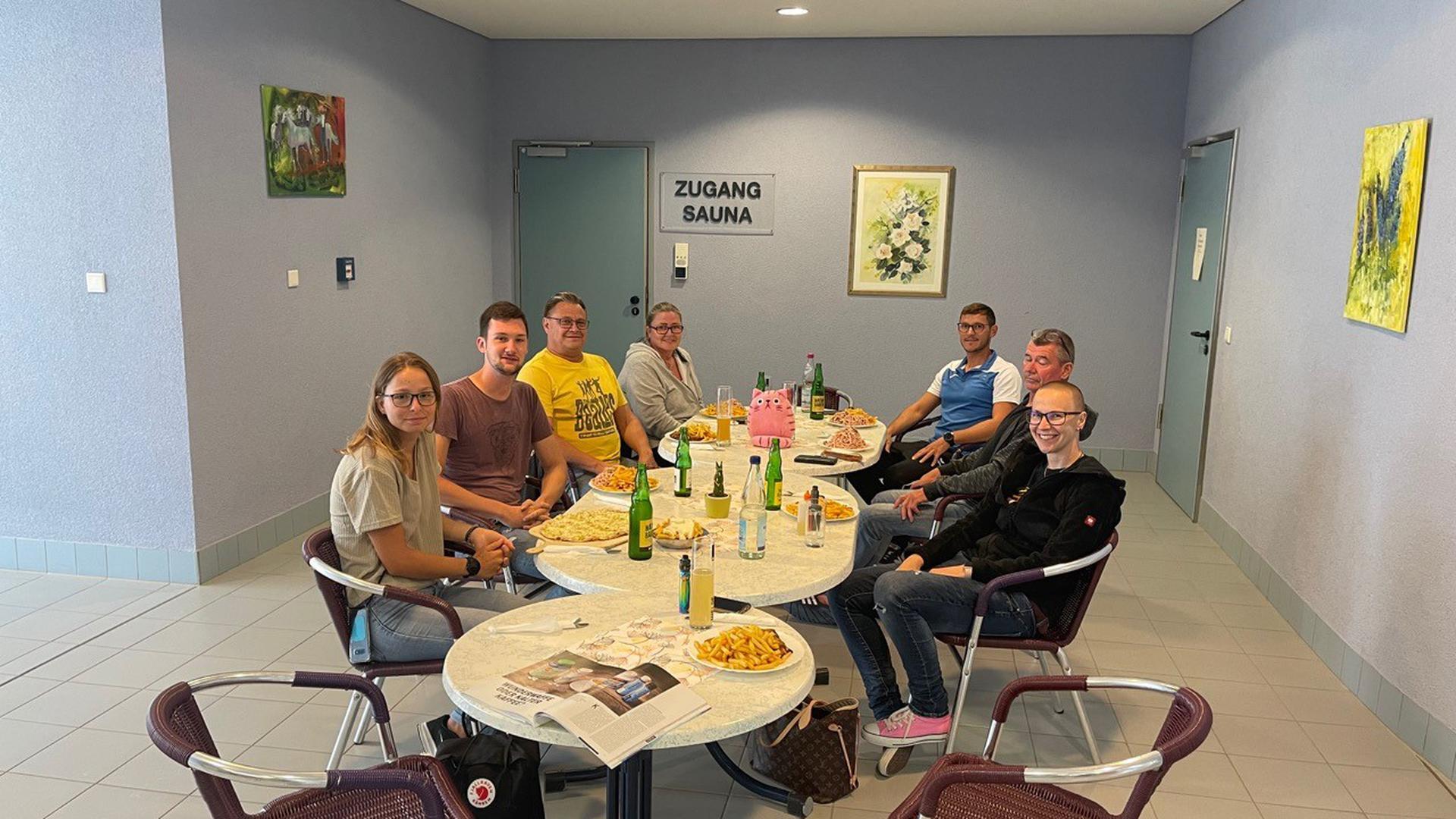 Das Team des in Waghäusel eingerichteten Testzentrums traf sich im Rheintal-Schwimmbad zum ersten Corona-Stammtisch