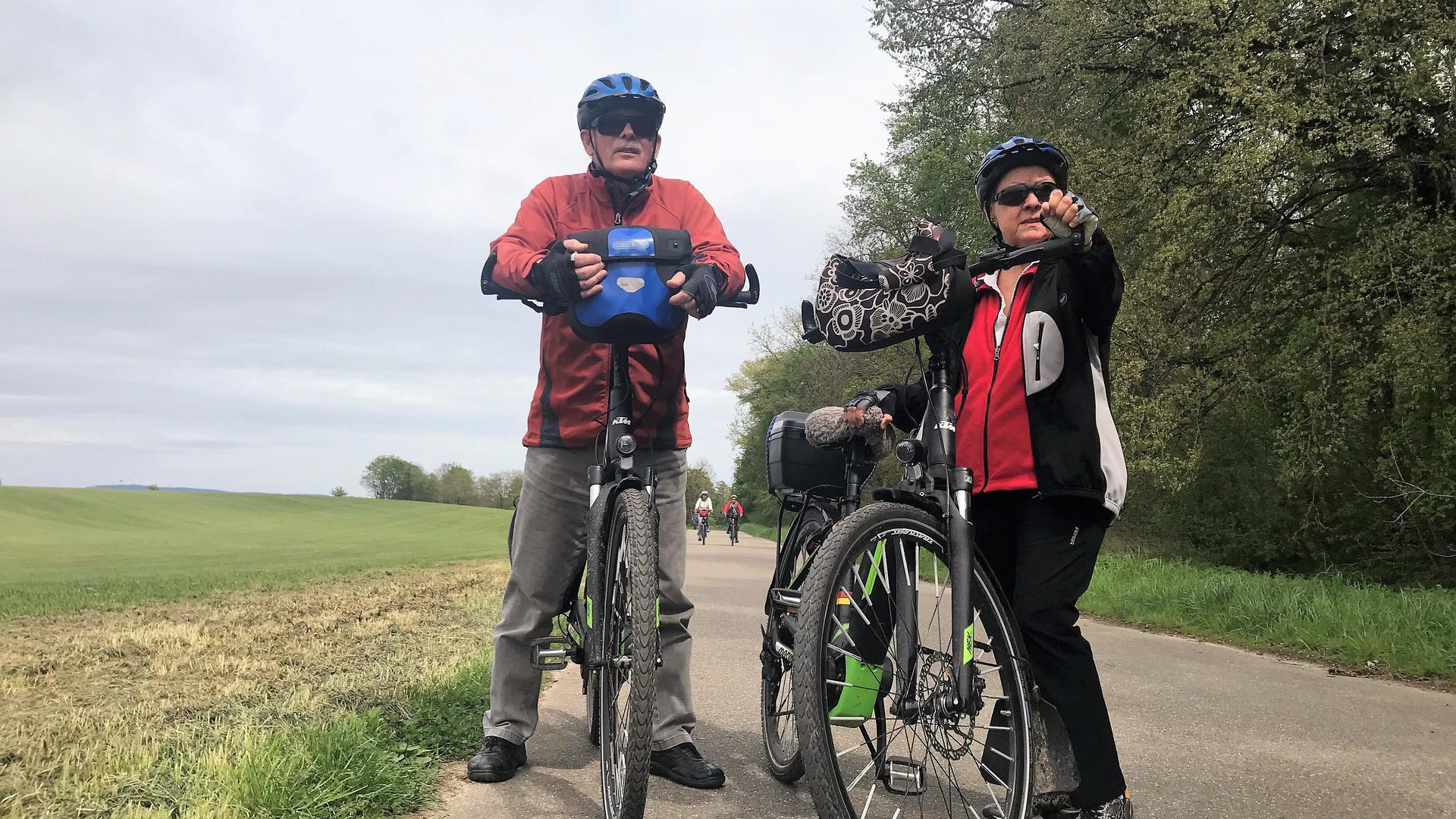 Karl-Heinz Heger und seine Frau stehen bei ihren Fahrrädern auf einer beliebten Radstrecke beim Kriegbach.