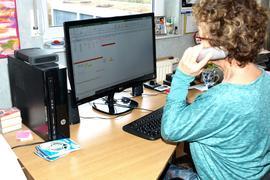 Frau vor dem heimischen Computer