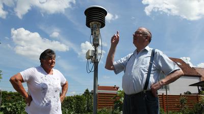 Wetter und Wolken sind ihre Leidenschaft: Seit über 35 Jahren haben Ingeborg und Rolf Herber aus Kirrlach eine Klimastation des Deutschen Wetterdienstes im Garten stehen. Diese misst und übermittelt die Daten seit einigen Jahren aber automatisch.