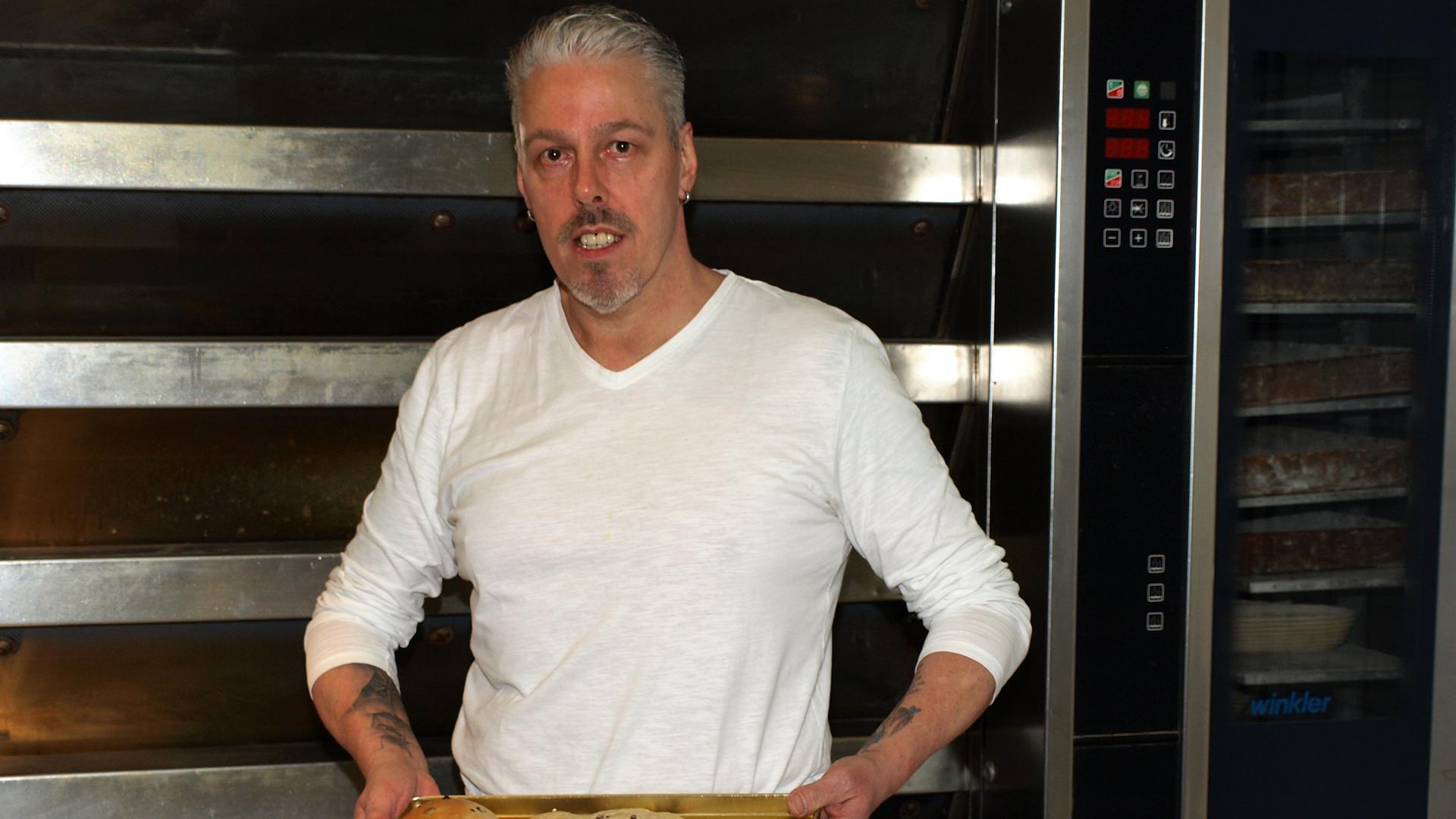 Bäckermeister Maag in der Backstube mit veganen Backwaren.
