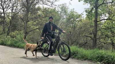 Vier Pfoten und zwei Räder: Matthias Hering ist auf dem Fahrrad unterwegs, Hündin Cäthe rennt nebendran.