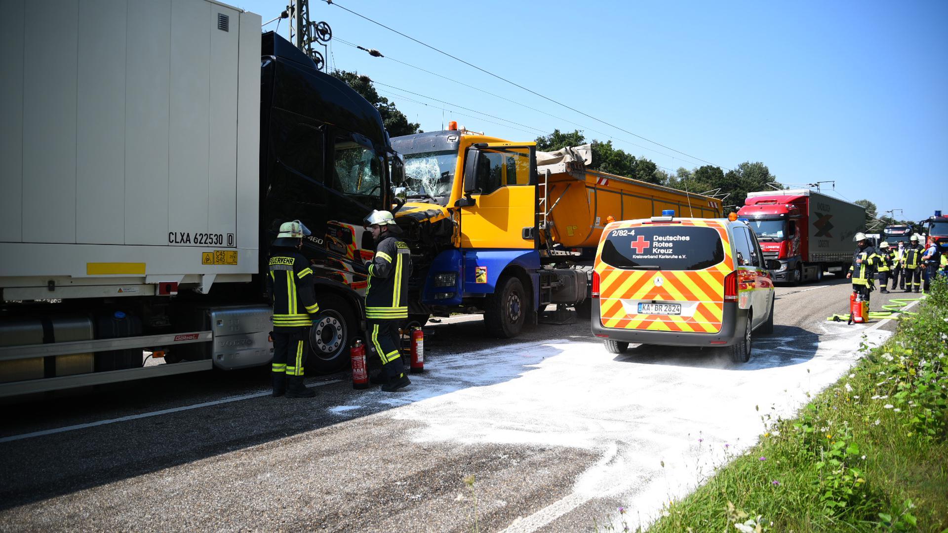 Frontalzusammenstoß: Zwei Lkw prallten auf der L560 zwischen Waghäusel und Neulußheim aufeinander. Die Straße war für die Rettungsarbeiten bis zum Abend voll gesperrt.