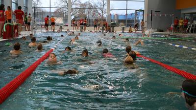 Vor Corona waren an einem Übungstag des DLRG Waghäusel bis zu 300 Kinder und Jugendliche im Rheintal-Hallenbad.