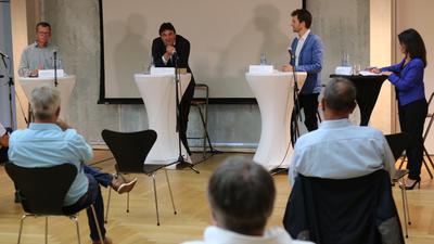 Talkrunde im Waghäuseler Rathaus zur Geothermie v.l., Dr.Herbert Pohl, Prof.Dr.Frank Schilling, Jonas Wilke und Moderatorin Rosa Omenaca-Prado