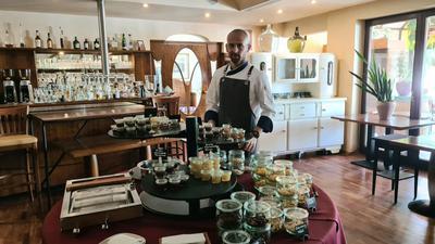 Jäger und Imker:Alexander Erck vom gleichnamigen Restaurant in Bad Schönborn hat viele Talente. Sowohl der Honig, als auch das Wild kommen bei dem 32-Jährigen auf den Tisch.