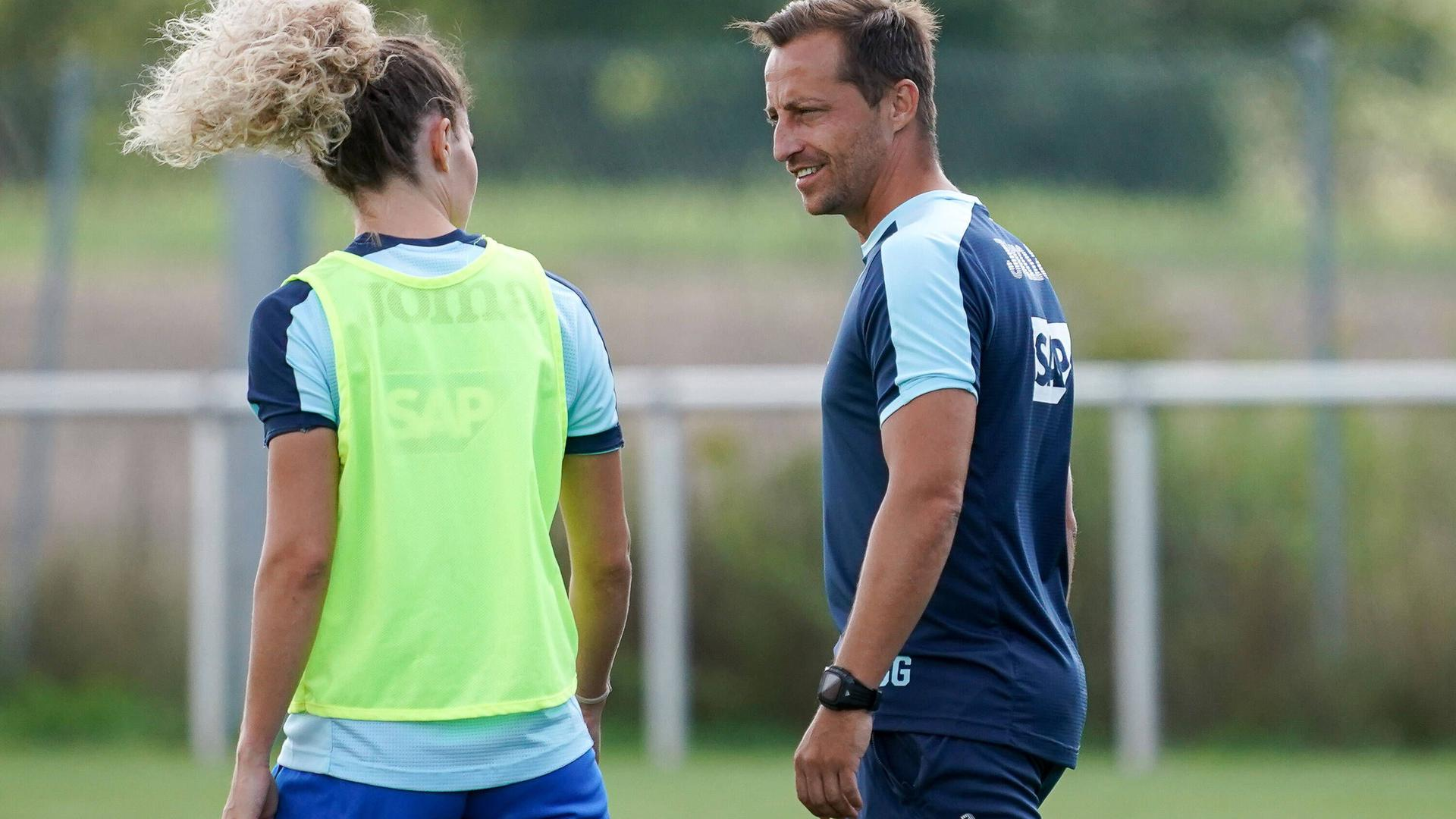 Luana Bühler TSG, 5 im Gespräch mit Gabor Gallai Trainer, Cheftrainer, TSG