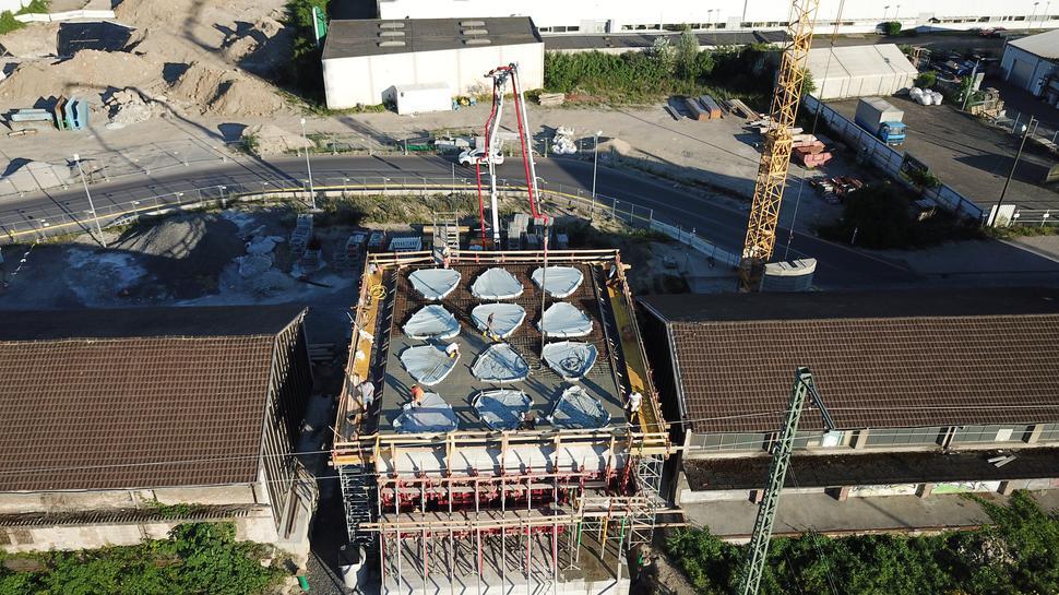 """Von oben: Das neue Westportal soll einladend wirken. Das Dach des sogenannten """"Mundhauses"""" ist mit großen Oberlichtern versehen."""
