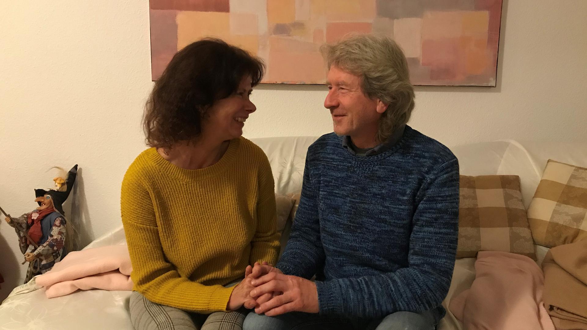 Eine Frau und ein Mann sitzen sich gegenüber