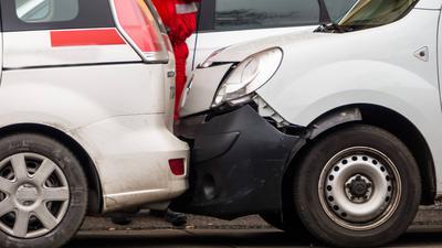 Mehrere Autos sind aufeinander gefahren. Auffahrunfall