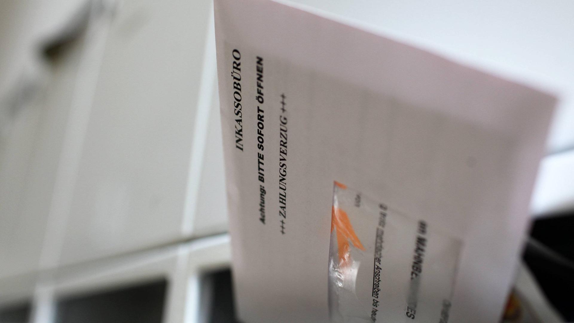 ILLUSTRATION - Zum Themendienst-Bericht von Sabine Meuter vom 23. Januar 2018: Wer Post von einem Inkassobüro bekommt, bekommt erst einmal einen Schreck. Die gute Nachricht:Nicht immer ist die Forderung auch berechtigt. Foto: Jens Büttner/dpa/dpa-tmn - Honorarfrei nur für Bezieher des dpa-Themendienstes +++ dpa-Themendienst +++