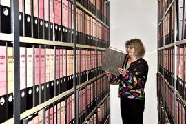 BNN-Archivmitarbeiterin Doris Stahnke überblickt das Archivsystem. Viele BNN-Zeitungsartikel aus den letzten 75 Jahren befinden sich in diesen Ringordnern. Im September 2005 wurde vom analogen Papierarchiv auf ein digitales Archiv umgestellt.